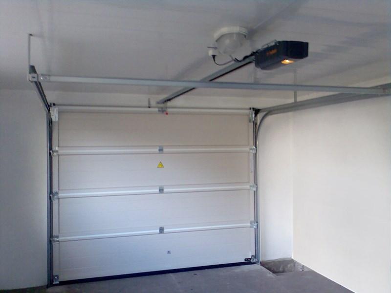 Конструкция гаражных секционных ворот RSD01 с электроприводом