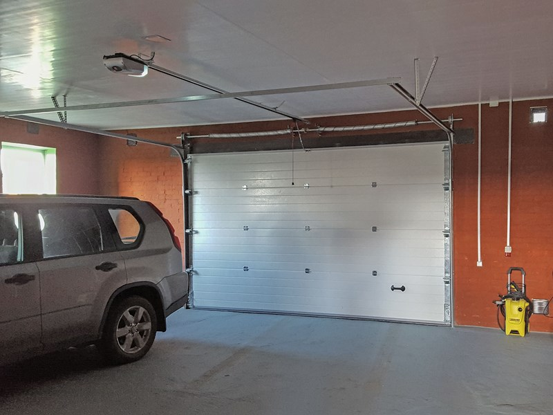 Конструкция гаражных секционных ворот RSD02 с электроприводом