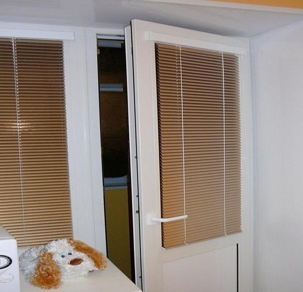 кассетные жалюзи для двери на балкон